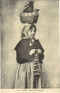 Postcards of Corsican knitter dates to about the first decade of the twentieth century.