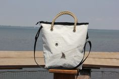 Borsa a mano in vela riciclata dacron con angoli in pelle    #borsa #telavela #sailbag #handmade #dacron #classic #classicbag #vela #bags #italianbag #madeinitaly #recycled #riciclo #upcycling