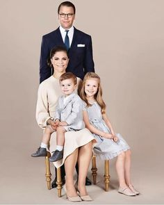 New beautiful picture of Crown Princess Victoria, Prince Daniel, Princess Estelle and Prince Oscar of Sweden October)🦋.Probably my favorite portrait of them ever, Estelle looks amazing😍🤩.