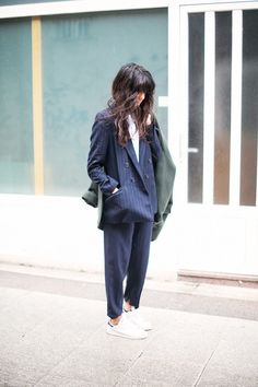 Espíritu 'tomboy' en Galicia White sneakers  green parka and blue suit