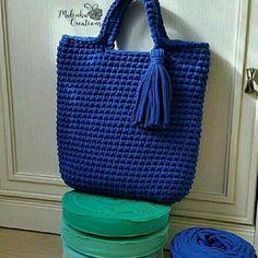 Aquela sacola que cabe tudo e mais um pouco..pra quem assim como eu carrega a  na . #crochet #croche #handmade #cesto #fiodemalha #feitocomamor #feitoamao #trapilho #totora #knit #knitting #crochetbag #bolsadecroche #bolsadepraia #praia #bolsaartesanal #bag #bluebag #azulroyal Por @malinka_creations