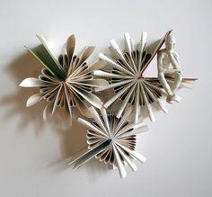 O artistadescendentede chinêsDaniel Lai, usa uma técnica de dobrar papel parecida com o origami para mostrar a beleza do seu trabalho feito com livros.