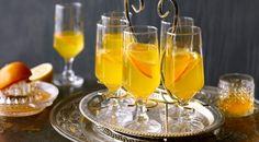 Mandarinos gyömbéres szörp: 5 - 6 db mandarin (bio), 1 db citrom, 200 g cukor/stevia, 1 darab gyömbér A biomandarint forró vízben megmossuk, leszárítjuk, és héját finomra reszeljük. Az összes mandarint, citromot kifacsarjuk. 400 ml levet adunk hozzá. A cukorral egy főzőedényben elkeverjük. A gyömbért meghámozzuk, darabokra vágjuk, hozzáadjuk.A vegyes gyümölcslevet folyamatosan keverve felforraljuk, 2 percig lobogva forraljuk. A gyömbért kivesszük, és a szörpöt vizzel átöblített üvegbe… Smoothie Drinks, Smoothies, Alcoholic Drinks, Cocktails, Hurricane Glass, Flute, Stevia, Champagne, Tableware
