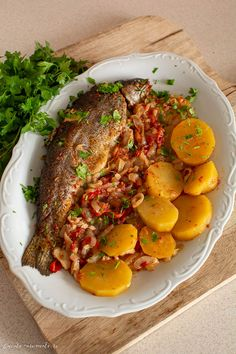 Păstrăv la cuptor pe pat de ceapă și cartof. O rețetă simplă de pește la cuptor. Pește pe pat de ceapă. Cum se face peștele la cuptor. O rețetă ușoară dar foarte gustoasă.