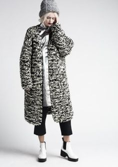 Knitted Coat with black & white textures, contemporary knitwear design // Anna Dudzinska Knitwear Fashion, Knit Fashion, Woolen Clothes, Chunky Knitwear, Mode Mantel, Knitted Coat, Wool Coat, Knitting Designs, Winter Fashion