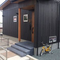 玄関/入り口/玄関アプローチ/カラクリート/サイディング/外壁/カーボンブラックについてのインテリア実例。 「外壁はキャスティング...」 (2018-08-04 17:48:33に共有されました) Exterior, Outdoors