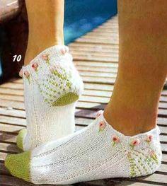 Knit sping footies objasnuvanje so sema Knitted Slippers, Crochet Slippers, Knit Crochet, Knitting Socks, Baby Knitting, Knit Shoes, Patterned Socks, Knitwear Fashion, Knitting Designs