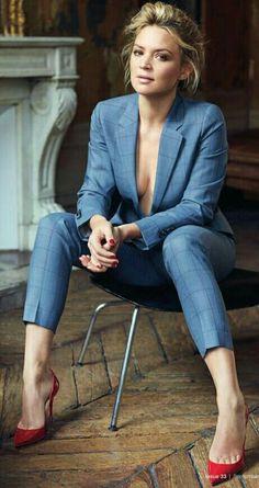 Virginie Efira !! Virginie Efira est une actrice belge naturalisée française née le 5 mai 1977 à Schaerbeek. Elle a débuté sur le petit écran en tant qu'animatrice à la télévision belge, puis à la télévision française. Wikipédia