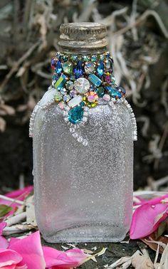 Original Ideas for Repurposing Vintage Jewelry - Mason Jars Wine Bottle Art, Glass Bottle Crafts, Diy Bottle, Glass Bottles, Wine Bottles, Blue Bottle, Costume Jewelry Crafts, Vintage Jewelry Crafts, Jewelry Art