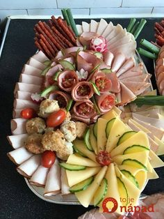 33 úžasných nápadov, ako naaranžovať obložené misy pre návštevy: Toto očarí všetkých pri stole! Meat Cheese Platters, Party Food Platters, Meat Platter, Party Trays, Food Trays, Snacks Für Party, Party Buffet, Food Carving, Food Garnishes