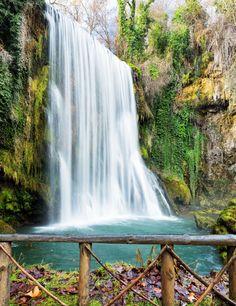 Cascada del Parque Natural del Monasterio de Piedra. en la comarca de #Calatayud #Zaragoza  | Foto: Shutterstock Spain Road Trip, Beautiful Waterfalls, New Adventures, Spain Travel, The Good Place, Beautiful Places, Places To Visit, Around The Worlds, Outdoor