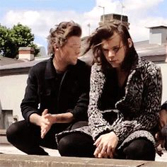 Louis making Harry smile during a photoshoot. Harry Styles 2015, Harry Styles Gif, Harry Styles Photos, Larry Stylinson, One Direction Humor, I Love One Direction, Louis Tomlinson 2015, One Direction Photoshoot, Larry Gif