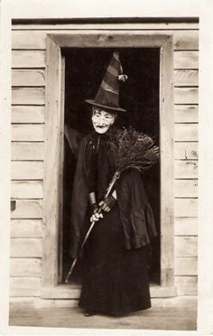 um this is exactly how i see the wicked witch of the west when i watch the wizard of oz!!!