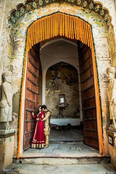 This grand door at Neemrana Fort played a symbolic part of their magnificent entry into a new phase of their lives!