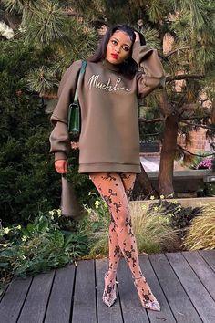 Muehleder Signature Sweatshirt Chic Outfits, Summer Outfits, Girl Outfits, Fashion Outfits, Trendy Outfits, Brunch Outfit, Instagram Outfits, Sweatshirt Dress, T Shirt