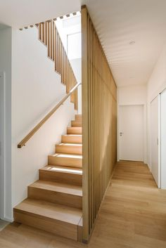 Wonderful Wooden Staircase Design Ideas For Branching Out Wooden Staircase Railing, Modern Stair Railing, Stair Railing Design, Home Stairs Design, Modern Stairs, Wood Stairs, House Stairs, Railing Ideas, Staircase Decoration