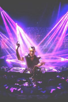 I love Kaskade so much, it should be illegal. Yup, this is what my Saturday nights look like... =)