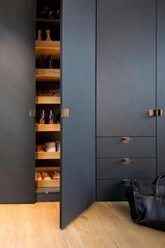 Ideas Wood Door Handle Modern For 2019 Wardrobe Door Designs, Wardrobe Design Bedroom, Wardrobe Doors, Built In Wardrobe, Closet Designs, Closet Bedroom, Hall Wardrobe, Modern Wardrobe, Fitted Wardrobe Design