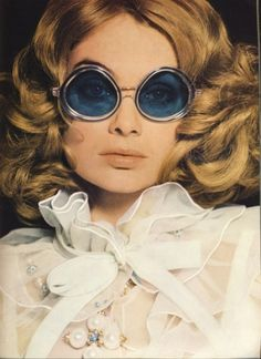 Jean Shrimpton in dress by John Bates for Jean Varon, glasses by Corocraft, necklace by Christian Dior, photo by David Bailey for Vogue UK, March 1968 Jean Shrimpton, Moda Retro, Moda Vintage, Vintage Mode, Vintage Beauty, Vintage Fashion, 1960s Fashion, Vintage Hair, Vintage Clothing