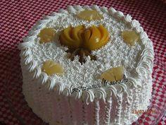 Bolo de baunilha com recheio tropical com as frutas abacaxi, figo e pêssego com cobertura de chantilly decorado com frutas para aniversário masculino