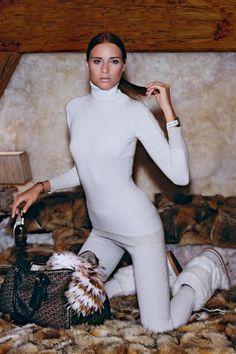 Rollkragenpullover aus Cashmere, um 550 Euro. Strickleggings aus Cashmere, um 750 Euro. Beides von Céline