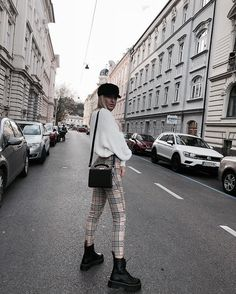 Plaid pants and white sweatshirt Street style street fashion best street style OOTD OOTD Inspo street style stalking outfit ideas what to wear now Fas… – Sweatshirt Kate Fashion, Look Fashion, Womens Fashion, Street Fashion, Fashion Beauty, Fashion News, Fashion Online, Fashion Trends, Fall Winter Outfits