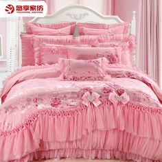 royal yatak örtüsü saten - Recherche Google Luxury Bedspreads, Daybed Sets, How To Dress A Bed, Stylish Beds, Everything Pink, Shabby Chic Homes, Dream Bedroom, Bed Covers, Bed Spreads