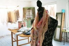 Bohemchic i kvällningen? Denna underbara sjalen lindas vackert runt halsen, draperad med pärlor och band.