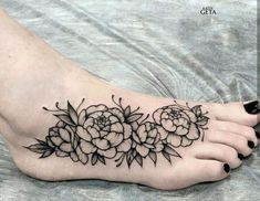 40 Stunning Foot Tattoo Designs To Conquer Your Heart – Page 3 of 40 – Styleklei… – foot tattoos for women flowers Foot Tattoos Girls, Ankle Tattoos For Women, Tattoos For Women Flowers, Mom Tattoos, Friend Tattoos, Cute Tattoos, Beautiful Tattoos, Thigh Tattoos, Unique Tattoos
