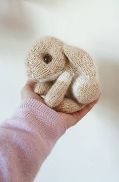 How to knit a bunny rabbit - free pattern & tutorial - From Britain with Love, How to knit an easter bunny. Click through for easy step by step tutorial and free knitting patter to make a knitted easter bunny rabbit. Knitted Bunnies, Knitted Animals, Knitted Baby, Knitted Headband, Knitted Dolls, Crochet Toys, Knit Crochet, Crochet Granny, Celtic Quilt