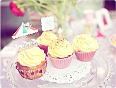 Cupcakes #cupcakes http://www.blanccoco.com/2011/09/23/buffet-de-nos-fiancailles-love-vintage-cupcakes-bagels/