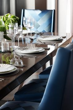 Oliver Burns is considered one of the best Interior Designers in the UK. Known for is prime and super-prime property, he defends that luxury is an art. Dark Wood Dining Table, Dining Table Chairs, Best Interior, Modern Interior Design, Luxury Dining Room, Upholstered Chairs, Furniture Design, Burns, Penthouse Suite
