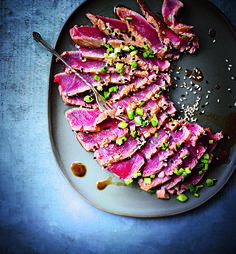 Recipe for semi-cooked tuna carpaccio, soaked in soy and sesame - Anrichten Fish And Meat, Fish And Seafood, I Love Food, Good Food, Yummy Food, Ceviche, Chefs, Carpaccio Recipe, Healthy Cooking