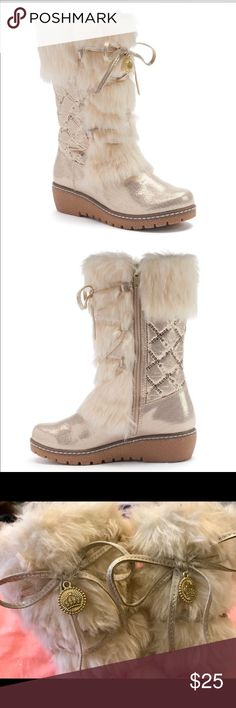 Juicy Couture Girls Fur Charm Boots Gold-Metallic Juicy Couture Girls Fur Charm Boots Gold-Metallic🌸Add some fancy to your little girls wardrobe with these super cute boots!!! In excellent condition... only wore a few times! All sequin is intact. Size: girls 4 M. Make an offer💕 Juicy Couture Shoes Boots