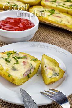 Ingrediente:   6 cartofi roz de marime medie   1 ou   150 gr smantana cu 20% grasime   150 gr kaizer sau sunculita afumata   patrunjel...