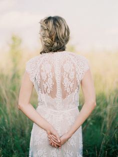 Delicate Outdoor Bridal Portraits from oncewed.com
