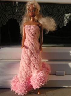 Barbie Knitting Patterns, Knitting Dolls Clothes, Knitted Dolls, Barbie Clothes, Barbie Dolls, Habit Barbie, Strapless Dress Formal, Formal Dresses, Fashion Dolls