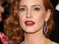 Non vi piace l'eye-liner o non siete capaci a metterlo al meglio? Lasciate perdere le codine, aggiungete delle ciglia finte e un ombretto dorato, come Jessica Chastain!