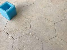 Dallage patrimoine hexagonal en pierre calcaire. Les dalles sont patinées et sont des répliques authentiques.