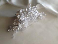 White Bridal Hair Comb White Kanzashi Flowers with Pearls Bridal Headpieces, Bridal Hair, Diy Clothes And Shoes, Kanzashi Flowers, Ribbon Hair, Elegant Hairstyles, White Bridal, Large Flowers, Band