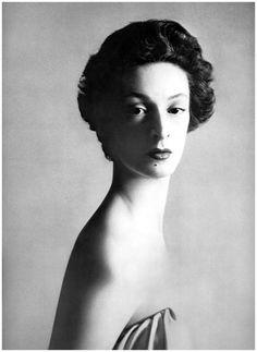 """Avedon define fotografar retratos: """"A maneira que alguém que está sendo fotografado se apresenta para a câmera e o efeito da resposta do fotógrafo a esta presença, é o que significa fazer um retrato"""".  Além disso, ele era famoso por imprimir cópias enormes de suas fotos. Um de seus melhores portraits é o de Marella Agnelli (a elegante socialite, princesa e esposa de Gianni Agnelli, dono da Fiat):"""