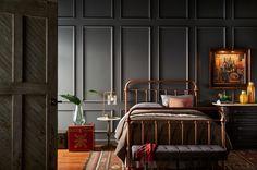 Gris mineral - ¿La mejor forma de actualizar un estilo más clásico? Pinta la habitación de un solo color como este  gris oscuro. En este caso la textura de la pared suaviza todo el escenario.