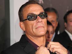 """Sein Vater ist ein Action-Star, er ist womöglich bald ein Knacki: Darum wurde Jean-Claude Van Dammes Sohn Nicholas festgenommen. Hat er womöglich ein Wutproblem? Nicholas Van Varenberg (21), der jüngste Sohn von Action-Legende Jean-Claude Van Damme (56, """"Bloodsport""""), wurde..."""