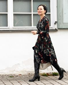 5f9cf137ba Vestido estampado de fundo preto que a Annette do blog Lady of Style (