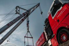 met een drijvende bok wordt het brugdeel geplaatst op een speciaal transport