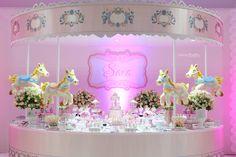 Hoje eu trouxe pra vocês uma decoração bem original, romântica e MEGA fofa: festa carrossel! Uma ótima inspiração para as mamães de meninas!! Vem ver!