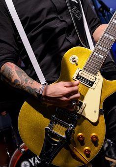 ΜΕΛΙSSES @ Christmas Live Stage Athens Metro, Stage, Music Instruments, Guitar, Live, Christmas, Natal, Musical Instruments, Xmas
