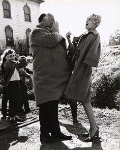 Data source: Old Movies in Pics @ocineclube    Alfred Hitchcock e Tippi Hedren no set de Os Pássaros (The Birds, 1963)