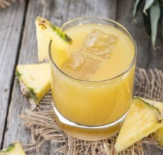 Oggi abbiamo preparato un succo di frutta vivo con l'ananas, il cetriolo, due gambi di sedano e un limone.