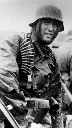 Captured photo shows German SS Panzer trooper geared for winter battle during the huge German counteroffensive known as the Battle of the Bulge. Consigue fotografías de noticias de alta resolución y gran calidad en Getty Images German Soldiers Ww2, German Army, Special Forces Gear, Historia Universal, Germany Ww2, German Uniforms, Military Pictures, Capture Photo, War Photography
